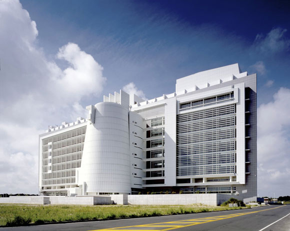 United States Courthouse, Islip, New York, by Richard Meier & Partners Architects LLP (photo by Scott Frances)