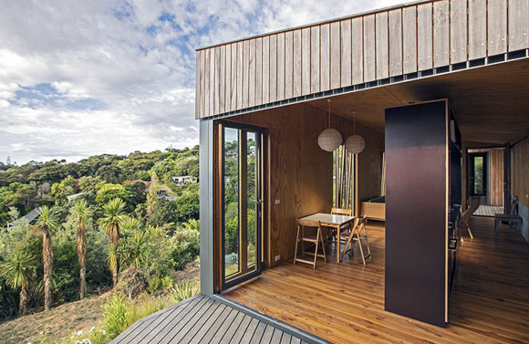 Prefab beach house, Hekerua Bay, New Zealand, (Photo by Russell Kleyn)